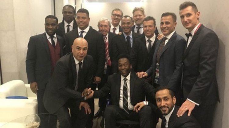 Pelé rodeado por figuras del fútbol mundial
