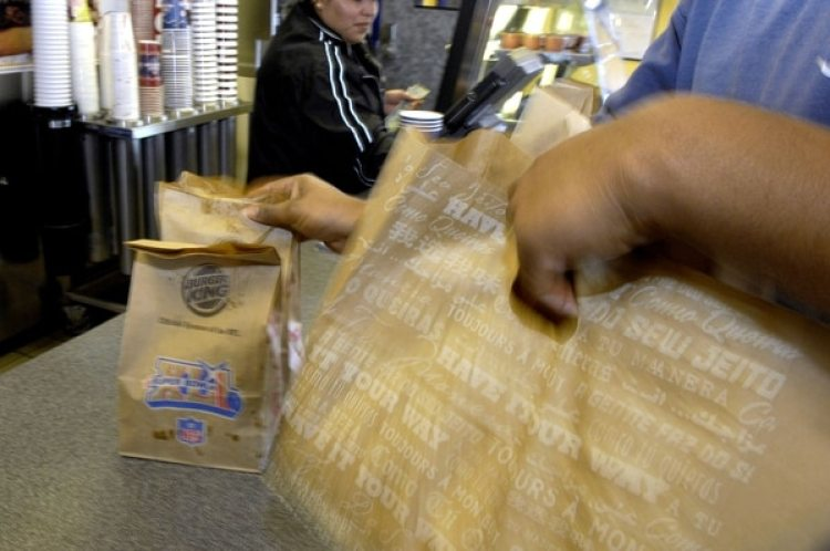 Un cliente recoge su comida en un restaurante de Burger King en Sandy Springs (Georgia) (Chris Rank/Bloomberg/The Washington Post)