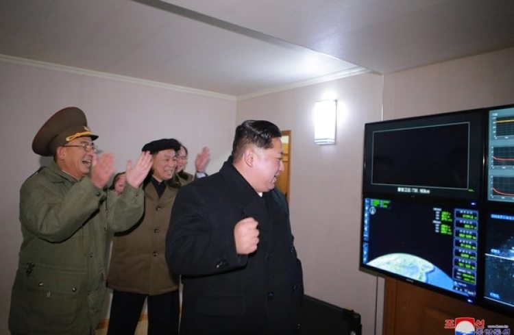 El líder norcoreano Kim Jong-un observó el lanzamiento del ICBM Hwasong-15. (EFE/KCNA)