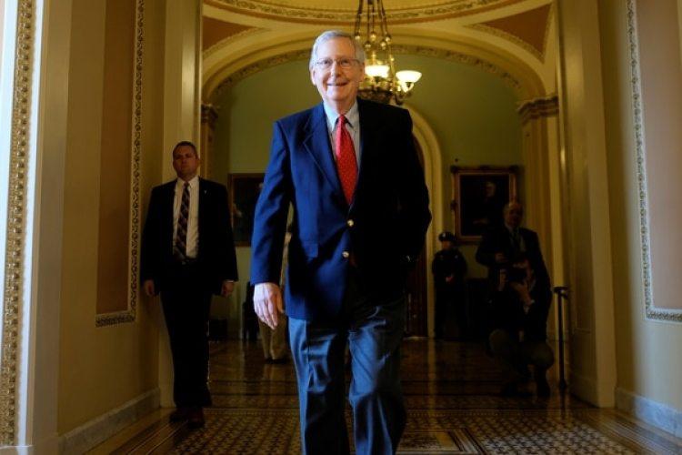 El líder de la mayoría republicana en el senado,Mitch McConnell, sale del recinto del congreso luego del debate a la reforma fiscal. (REUTERS/James Lawler Duggan)