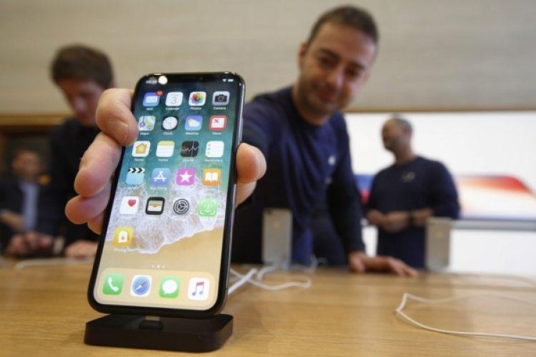 Un empleado de una tienda Apple en Regent Street (Londres) coloca un iPhone X (The Washington Post / Bloomberg / Luke MacGregor)