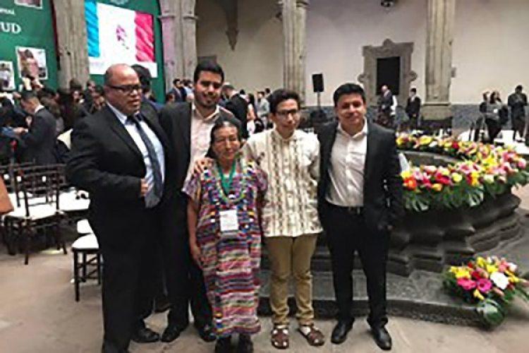 Ricardo Pablo Pedro junto a su familia, al recibir el Premio Nacional de la Juventud