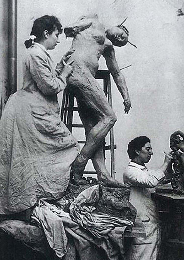 Camille Claudel trabajando en el atelier de Auguste Rodin