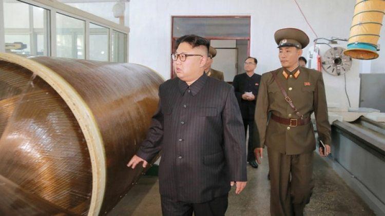 Kim Jong-un, líder de Corea del Norte, inspecciona un laboratorio de desarrollo de armas (Reuters)