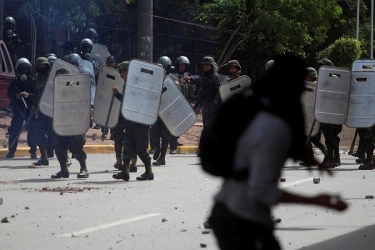 Enfrentamientos entre manifestantes y la policía en Tegucigalpa (Reuters)