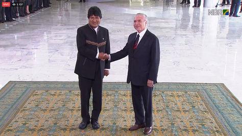 Michel Temer (der.) recibe a Evo Morales en Brasilia. Foto: @ConsuladoB