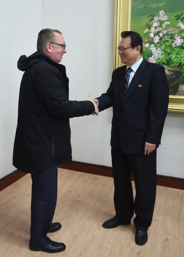 El responsable político de la ONU, Jeffrey Feltman, junto al vice ministro de Exteriores de Corea del Norte, Pak Myong Guk(AFP)