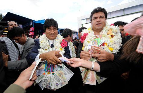 El presidente Evo Morales y el alcalde Luis Revilla durante la inauguración de la Feria de Alasita en enero de 2013.