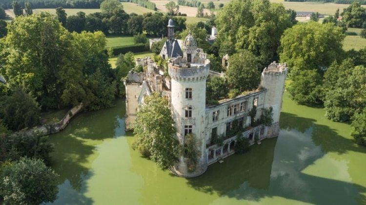 De los 7.400 donantes, 6.500 aportaron un euro más, pasando a ser accionistas y, por tanto, copropietarios del castillo, lo que les da derecho a decidir en todo lo que concierna al edificio