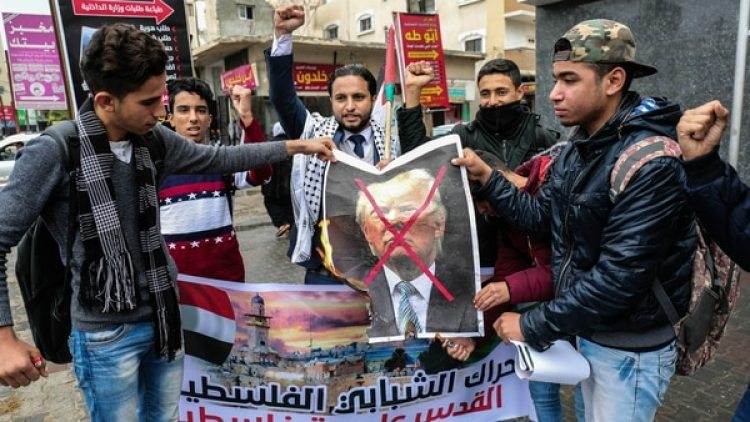 Jóvenes protestan ante la decisión de Trump en la Franja de Gaza. (AFP)