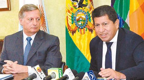 El ministro de Hidrocarburos, Luis Alberto Sánchez y el ministro argentino de Energía, Juan José Aranguren.