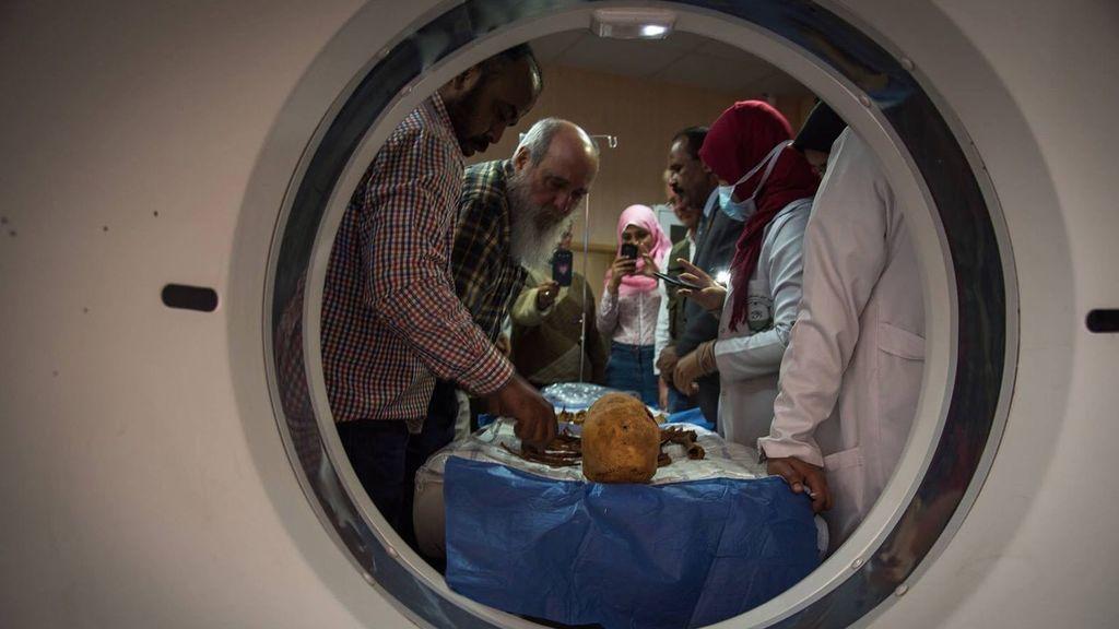 El atropólogo Miguel C. Botella introduce los restos de la momia en el escáner.