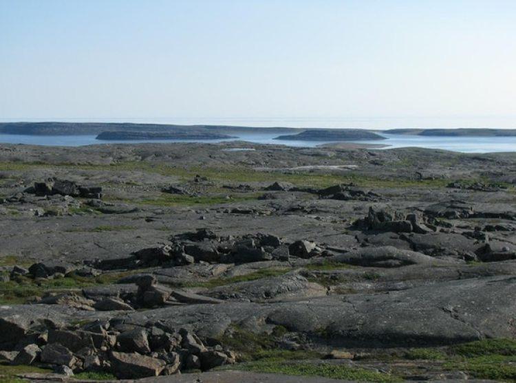 El cinturón de rocas verdes de Nuvvuagittuq, donde pueden verse algunas de las islas de Nastapoka, en Nunavut, a lo lejos. Imagen: D.Papineau