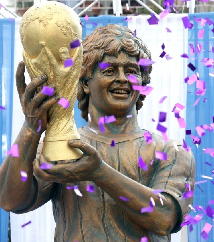 Vista de una escultura del Diego Armando Maradona durante un evento en su visita a Calcuta (India) EFE/ Piyal Adhikary