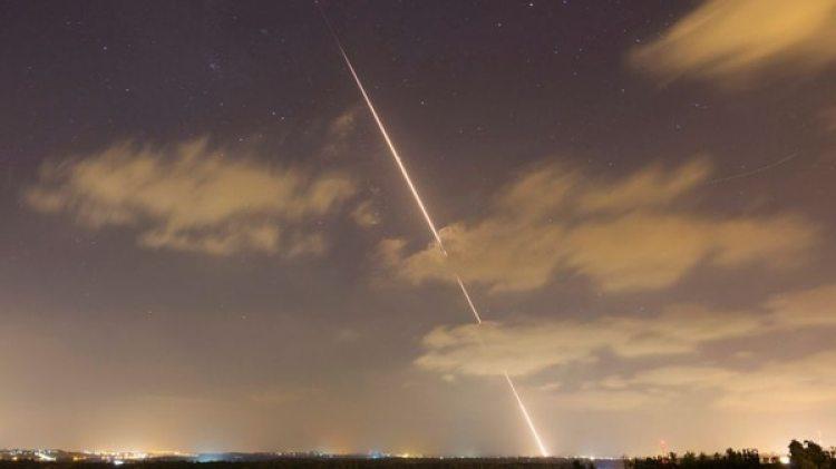 Un coehte lanzado desde Gaza en 2014 (Reuters/archivo)
