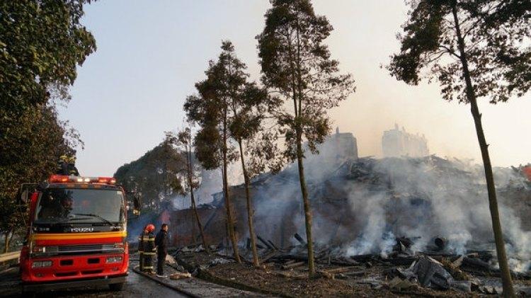 Los bomberos pagan los últimos restos del fuego entre las cenizas (Reuters)