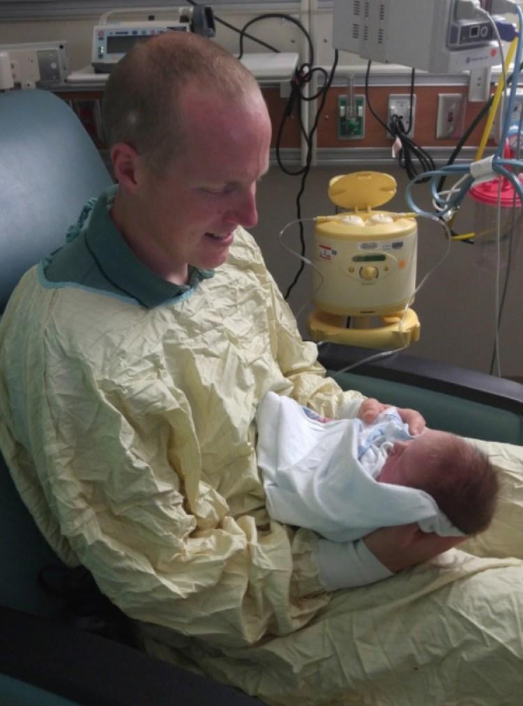 Ryan Holets saluda a su hija, Hope, en el hospital. Los Holets tienen otros cuatro niños pequeños. (Cortesía de Rebecca Holets)