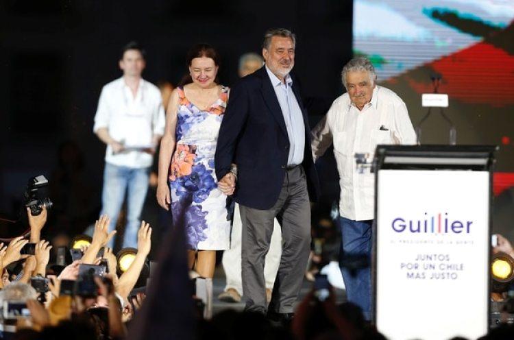 Alejandro Guillier, su esposa Cristina Farga,y el ex presidente uruguayo Jose Mujica (REUTERS/Rodrigo Garrido)