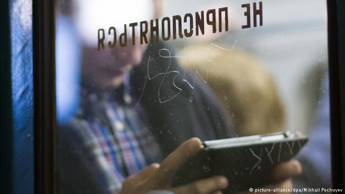 Moskau Russland User Tablet Symbolbild Internet User Tablet App USA (picture-alliance/dpa/Mikhail Pochuyev)