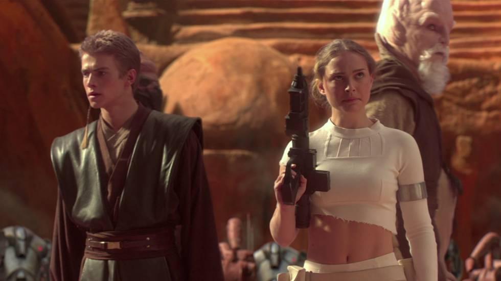 Tiene algunas de las secuencias más vergonzosas de toda la saga con esos momentos amorosos entre Anakin y Amidala de picnic en el campo, entre otros. Trató de mezclar la política con la acción propia de estas películas galácticas y con esa historia de amor poco creíble y no consiguió rematar ninguno de los tres aspectos de forma correcta. Salía R2-D2 volando (en la fábrica) y eso ya fue demasiado. También fue bastante vergonzoso el momento en el que colocan la cabeza de C3PO en un androide durante la batalla final. Además, si Jar Jar ya era penoso en