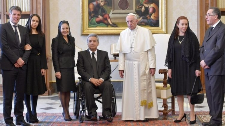 El Papa Francisco posa con el Presidente de Ecuador Lenin Moreno, su esposa Rocío González Navas y miembros de su delegación durante una audiencia privada en el Vaticano el 16 de diciembre de 2017 (Reuters)