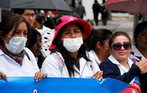 Estudiantes de medicina protestan contra la aprobación de la Ley del Código del Sistema Penal, en La Paz.