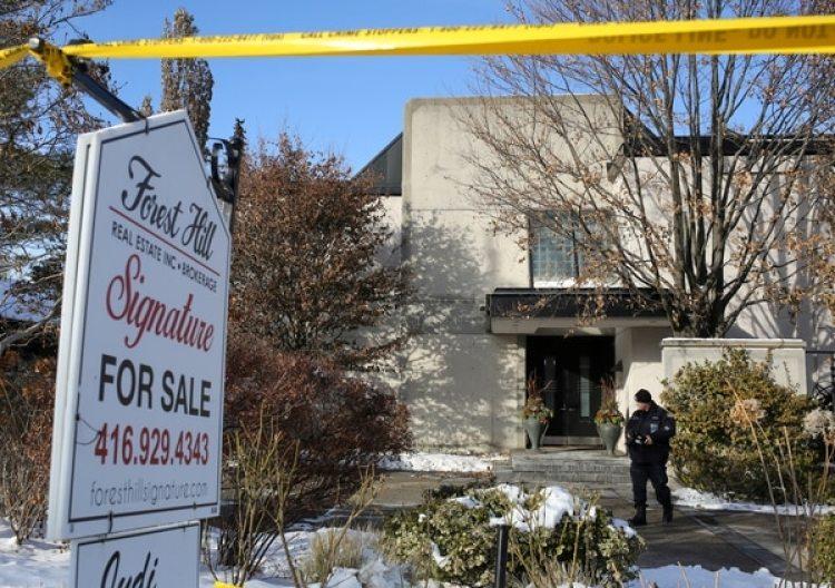 La policía forense en frente de la casa de Barry Sherman (REUTERS/Chris Helgren)