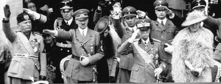 Los dictadores Benito Mussolini y Adolf Hitler en Roma junto con el rey de Italia Víctor Manuel III y la reina Elena durante la visita del dictador alemán a Italia en 1938. Ese año el régimen promulgó las leyes raciales.