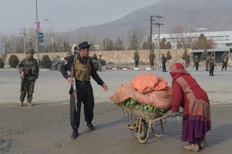 Un miembro de las fuerzas de seguridad impide que una mujer se acerque al lugar del ataque(AFP)