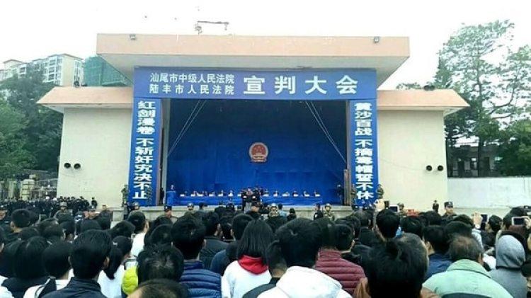 Los acusados subieron al escenario en un estadio deportivo (foto: The Paper)