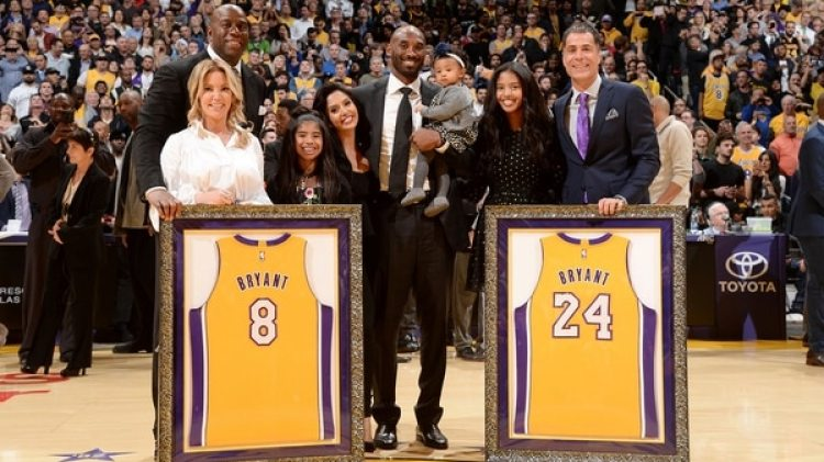Kobe Bryant tuvo su homenaje en el Staples Center, en el duelo entre Lakers y Warriors (AFP)