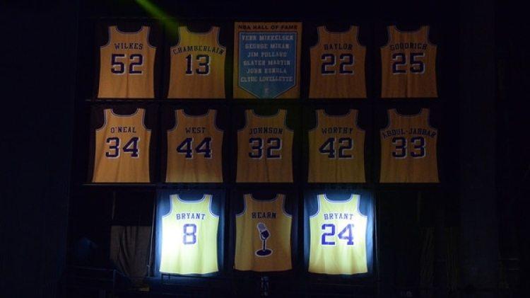Los dorsales de Kobe Bryant ya cuelgan de las paredes del estadio de Los Lakers (AFP)