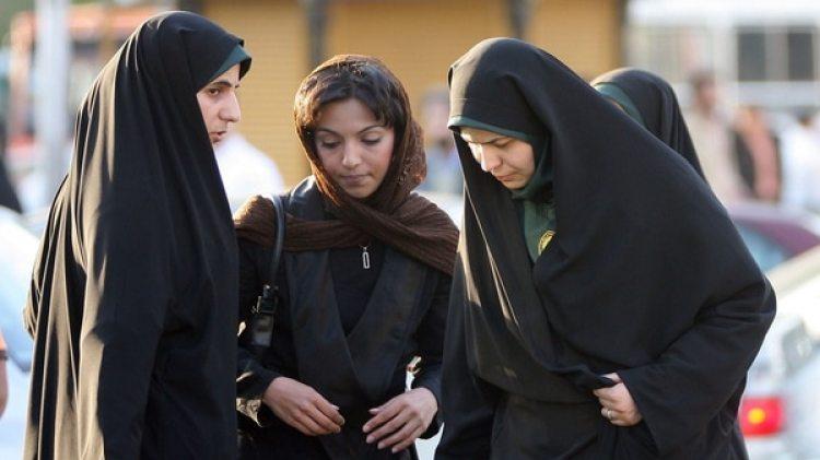Las mujeres iraníes sufren menos restricciones que en Arabia Saudita, pero en este país también poseen menos derechos civiles que los hombres