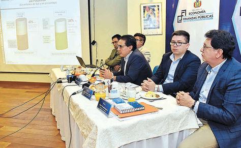 Conferencia. El ministro Mario Guillén (centro) junto a sus viceministros muestra las proyecciones, ayer.