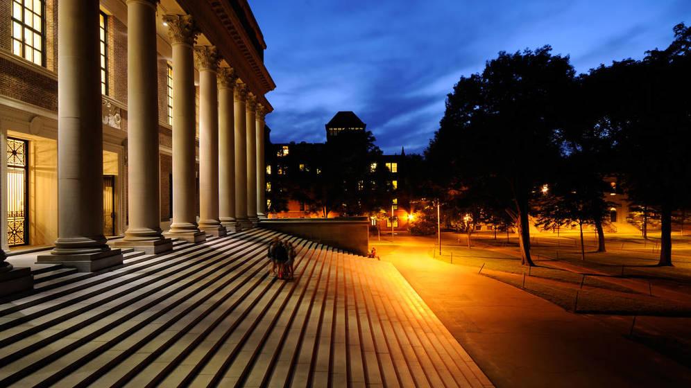 Foto: La biblioteca de la universidad, de noche. (iStock)