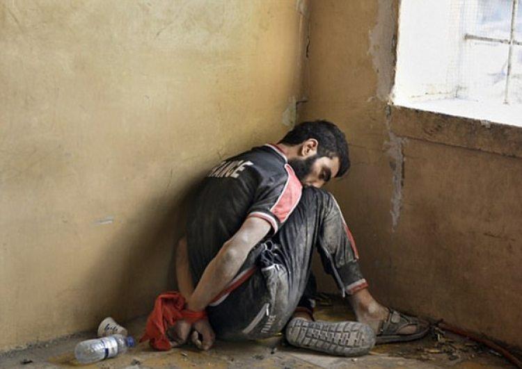 Un combatiente del ISIS capturados. Unos pocos francotiradores hicieron que la batalla se retrasara meses, y en los bombardeos aéreos para inutilizarlos murieron cientos de civiles