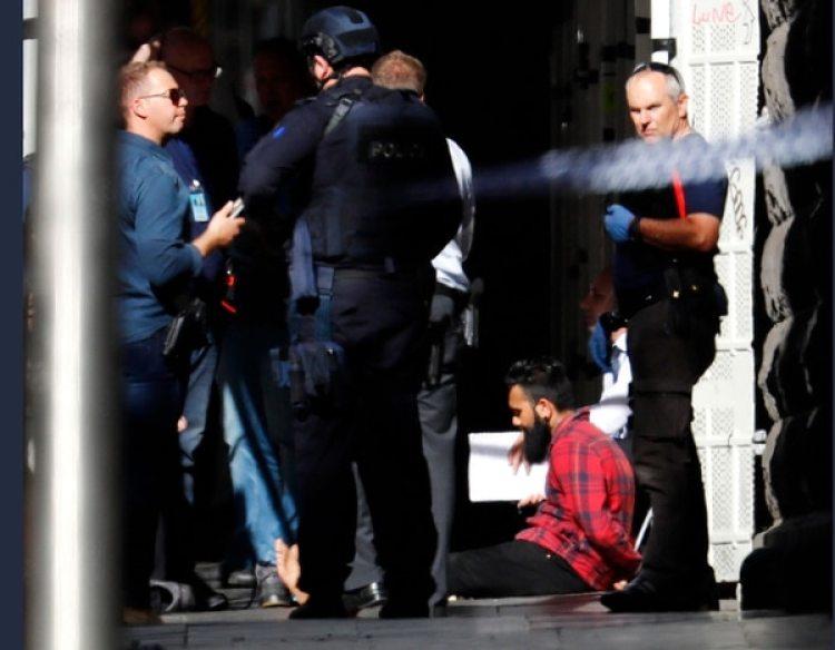 La policía también detuvo a un hombre de 24 años que filmaba el incidente. Tenía tres cuchillos en su poder