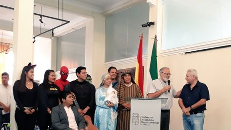 El gobernador de Santa Cruz, Rubén Costas (der) cuando anuncia gratuidad de la consulta médica. Foto:Cuenta de Twitter de Rubén Costas