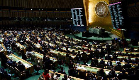 Dos pantallas muestran los resultados obtenidos durante la votación en la Asamblea General de la ONU. Foto: EFE