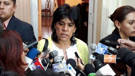 Katia Uriona, a su salida del hemiciclo del Senado, responde a preguntas de la prensa.