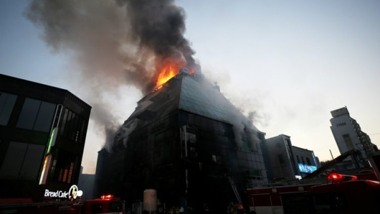 El incendio se dio en un edificio que alberga gimnasio. (Reuters)