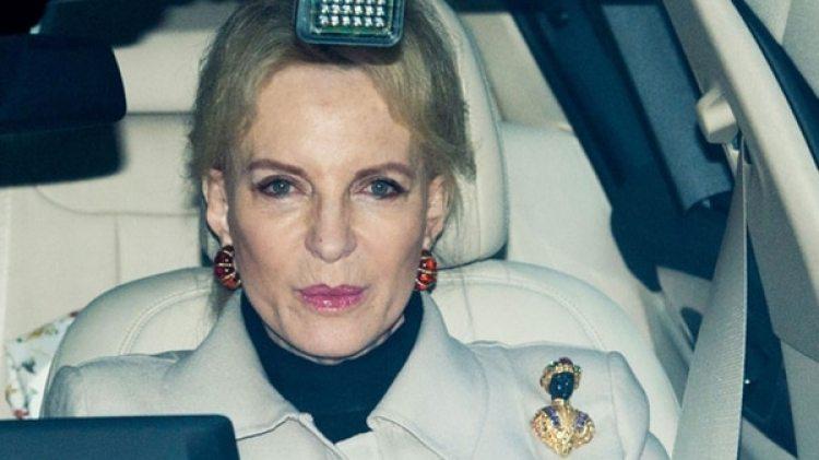 La princesa María Cristina de Reibnitz con su polémico broche al ingresar al Palacio de Buckingham para un almuerzo navideño al que acudió Meghan Markle