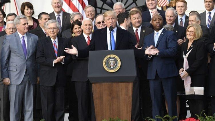Donald Trump festejó la aprobación de la reforma tributaria junto a los líderes del Partido Republicano y de su gabinete