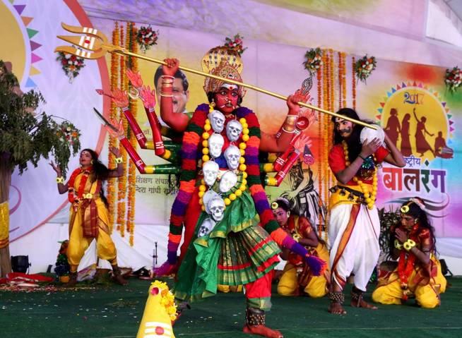 Estudiantes de Pondicherry participan en la sesión inaugural del Balrang Festival 2017 en Bhopal, India. (EFE)