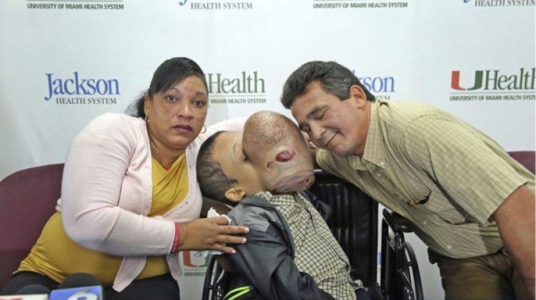 Emanuel Zayas junto a sus padres en Miami(AP)