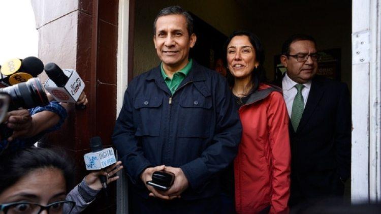 Imagen del ex mandatario peruano Ollanta Humala abandonando junto a su esposa el local de su partido político el 13 de julio de 2017, cuando el juez Richard Concepción Carhuancho ordenó su encarcelamiento por los delitos de lavado de activos y asociación ilícita para delinquir (EFE)