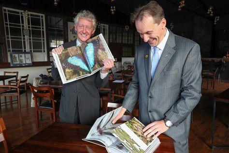 El fotógrafo Mileniusz Spanowicz (i) y el biólogo Robert Wallace (d) presentan el libro Madidi el martes 19 de diciembre. Foto: EFE