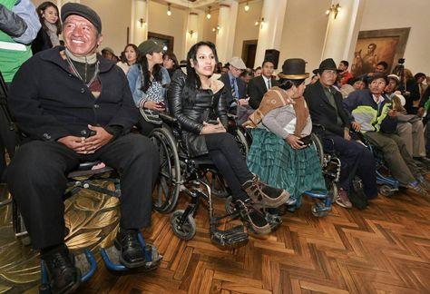 Personas en silla de ruedas que participaron del acto de promulgación de la Ley de Inserción Laboral y Ayuda Económica. Foto: ABI