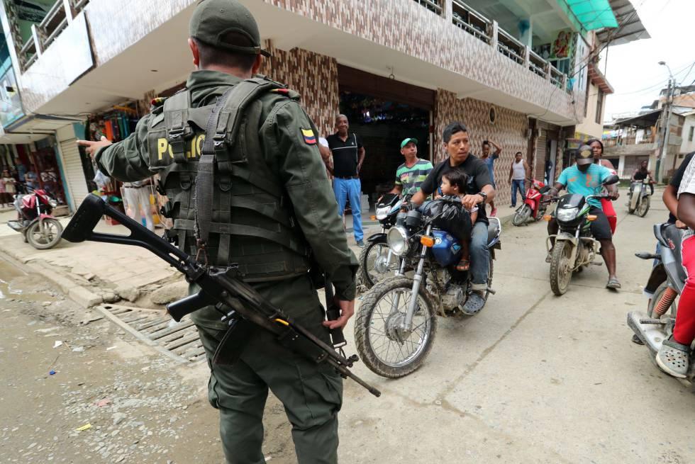 Un policía vigila durante la visita del vicepresidente de Colombia a Nariño, uno de los departamentos más golpeados por la violencia.