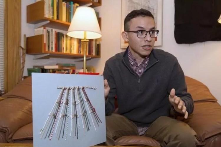 Manny Medrano con un modelo de quipus. A su lado, el profesor Gary Urton. (Jon Chase/Harvard)